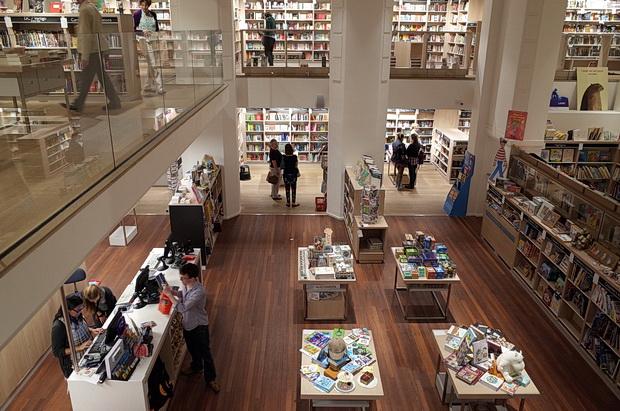 foyles-bookstore-london-04.jpg