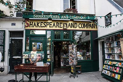 Shakespeare_and_Company_bookstore,_Paris_13_August_2013.jpg